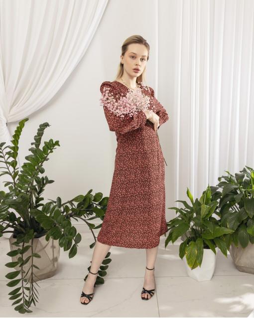 Платье в алый цветок с V-образным вырезом на груди