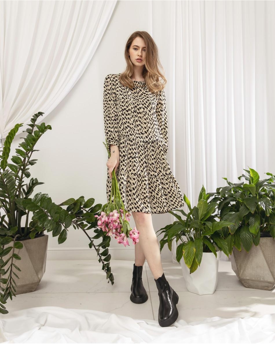 Платье свободного кроя с приточными воланами с черными кругами по полотну молочного цвета