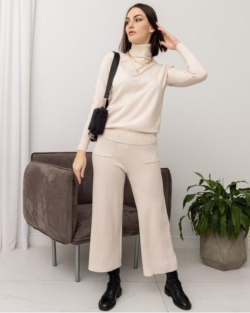 Костюм трикотажный с водолазкой со спущенным рукавом и брюками