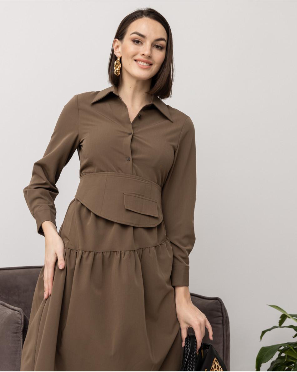 Платье с воротом рубашечного кроя, воланами и съемным поясом-баской