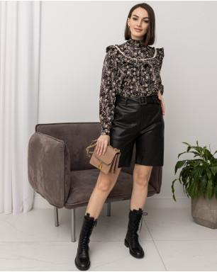 Блуза с воротником-стойкой и рюшей в цветок с пуговицами-стразами на рукавах
