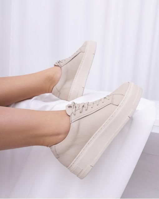 Сникерсы на небольшой платформе на шнуровке