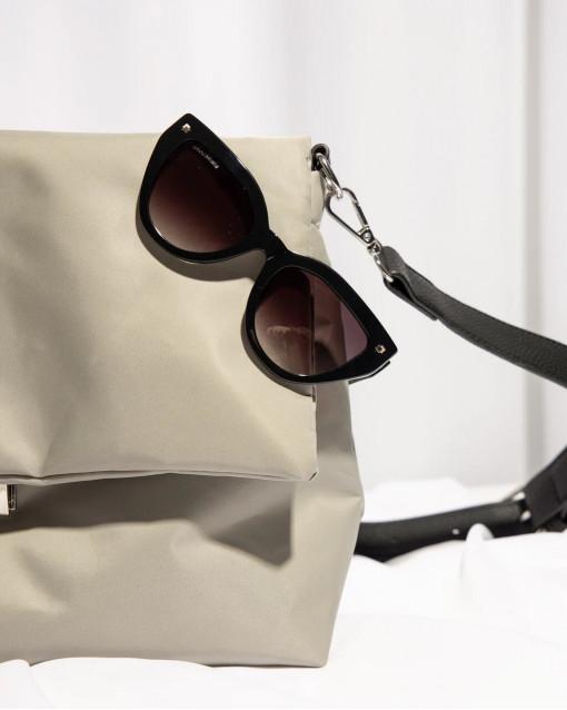 Очки солнцезащитные с линзами серого цвета в черной оправе