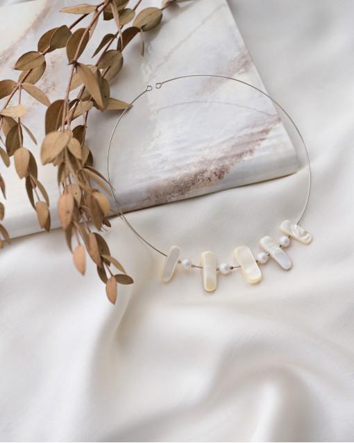 Чокер с натуральным перламутром и жемчугом Swarovski на основе из родия с эффектом памяти, диаметр изделия 12 см