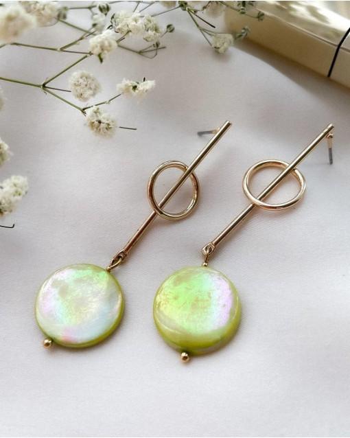 Серьги с натуральным перламутром фисташкового цвета, швенза гвоздик латунь с позолотой, длина изделия 6 см