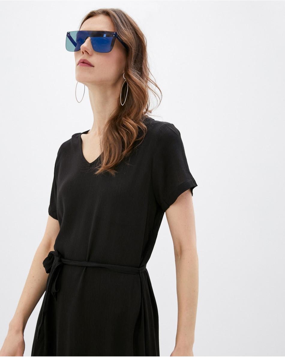 Платье-миди с V-образным вырезом и поясом