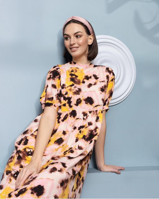 Платье с завышенной линией талии с размытым рисунком пастельных и контрастных оттенков