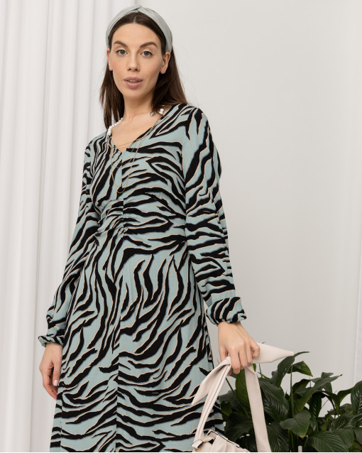 Платье с V-образным вырезом с подчеркнутой линией талии