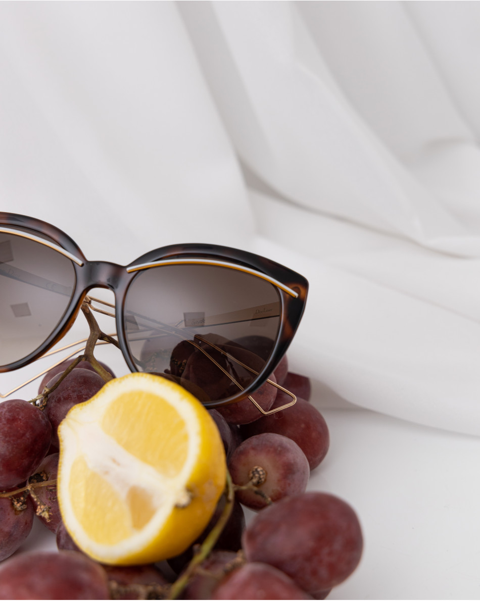 Очки солнцезащитные с линзами шоколадного цвета в белой оправе