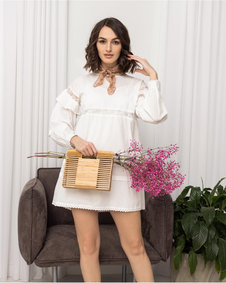 Платье свободного кроя с воланами на рукавах и кружевной вставкой