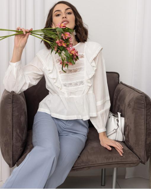 Блуза с воланами и кружевом