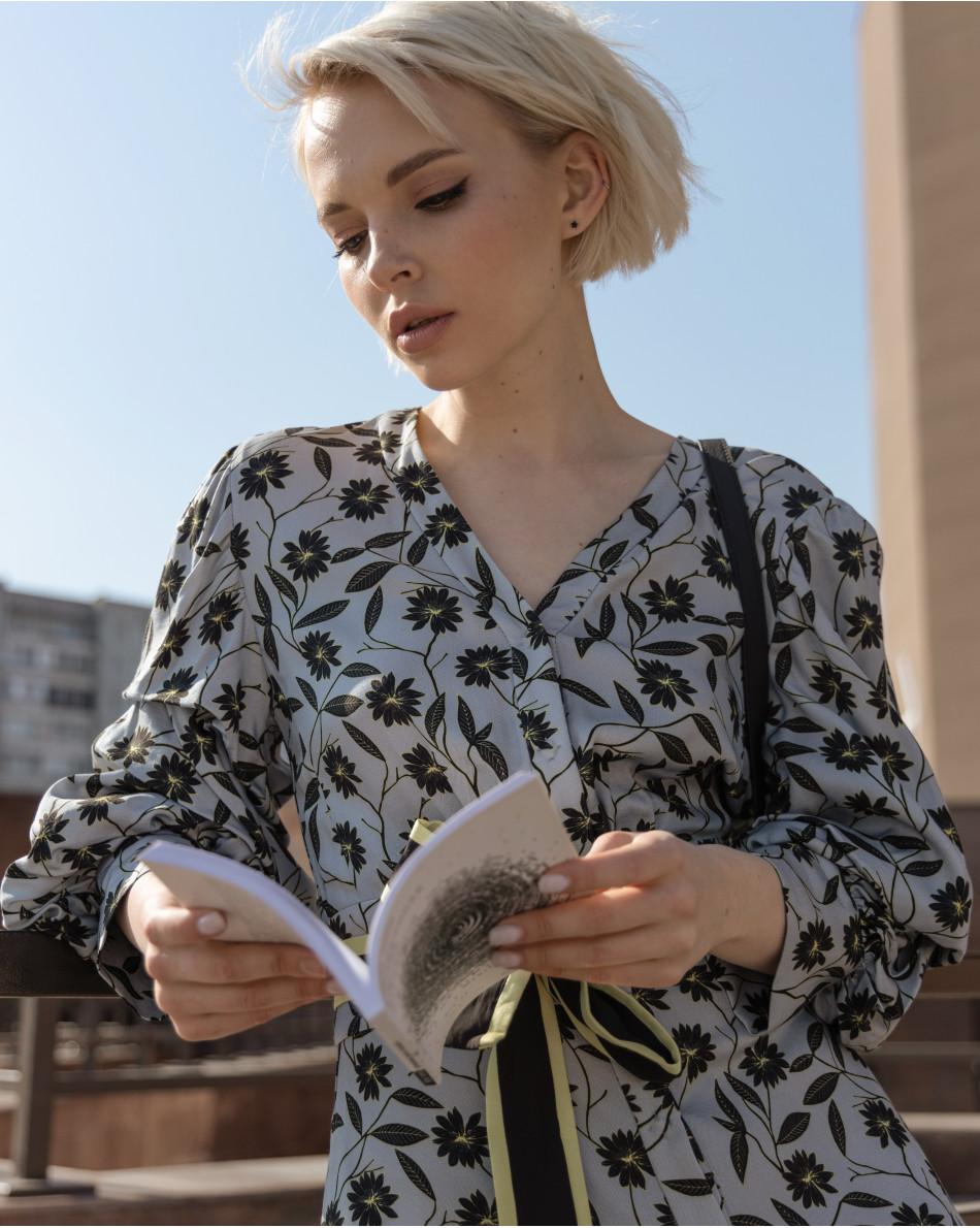 Платье со сборкой на рукаве с поясом и ярким рисунком в цветок по полотну