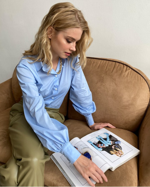 Блуза классического кроя голубая
