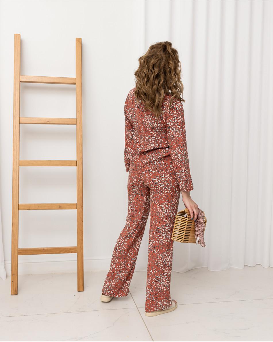 Костюм пижамного кроя с блузой и брюками