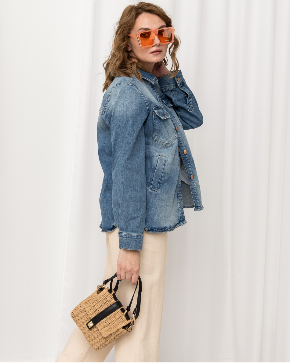 Куртка джинсовая с контрастными пуговицами и нагрудными карманами