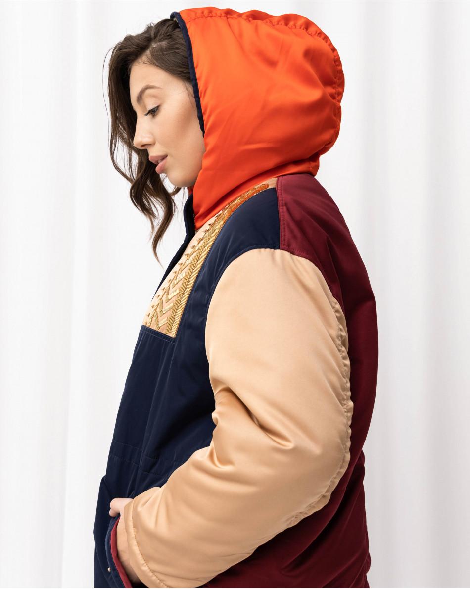 Парка с капюшоном, контрастными вставками из ткани и вышивкой из бисера