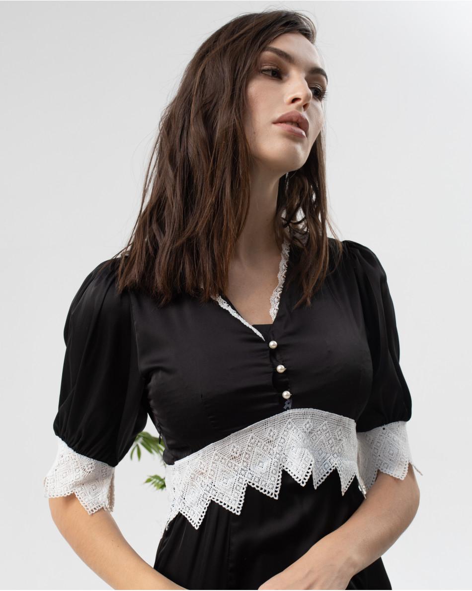 Платье с кружевом на линии талии и рукавах