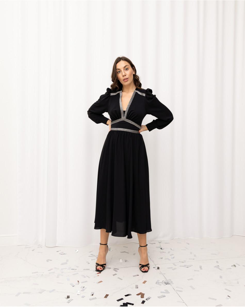 Платье с декольте, струящейся юбкой и контрастными серебряными вставками