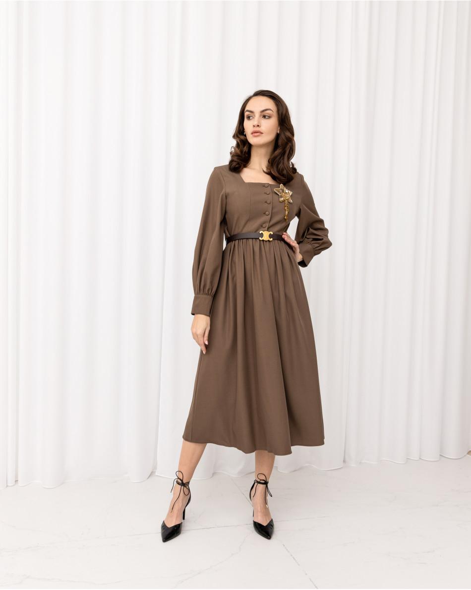 Платье с прямоугольным вырезом и сборкой на талии