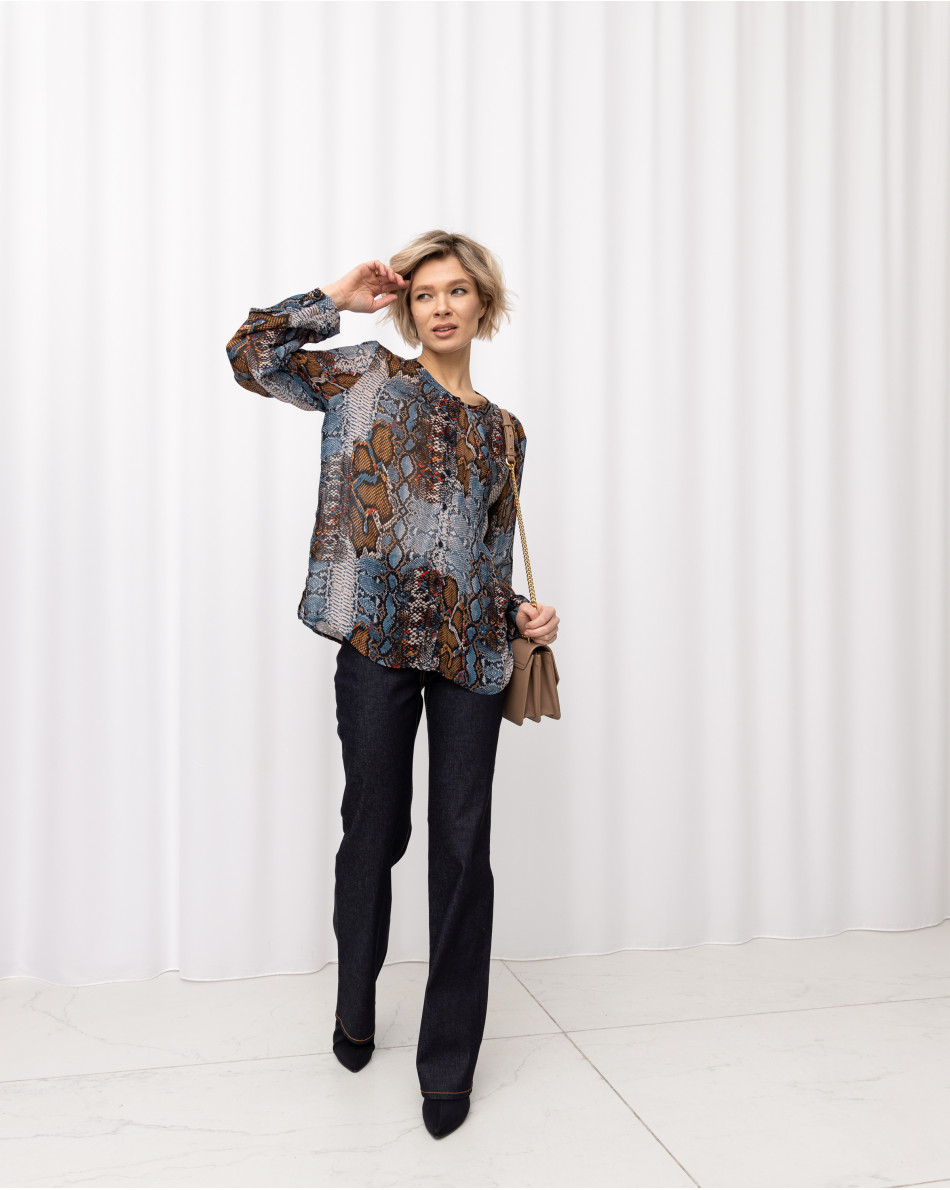 Блуза с энималистическим рисунком на ткани с круглым вырезом