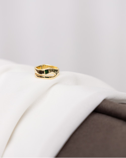 Кольцо с декоративной прорезью в золотом цвете металла