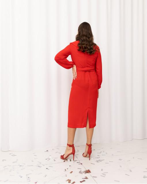 Платье со сборкой и тканевым поясом подчеркивающим талию
