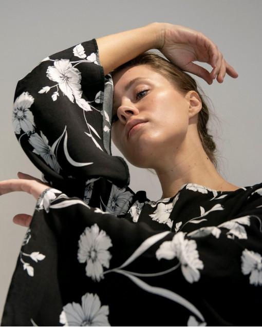 Платье черн.вискоза с цветами