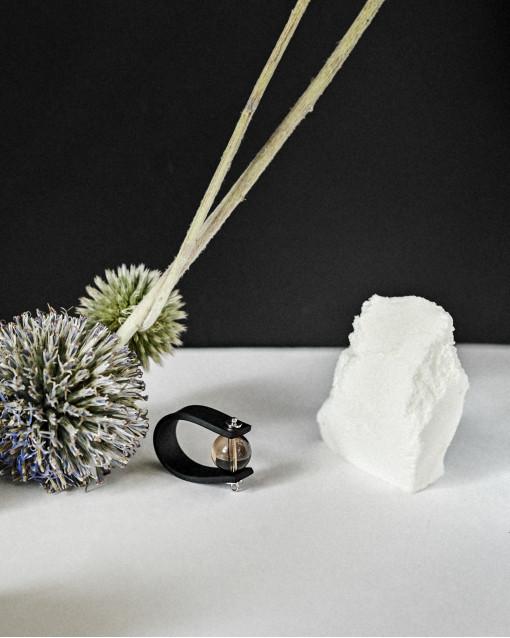 Кольцо из каучука с раухтопазом