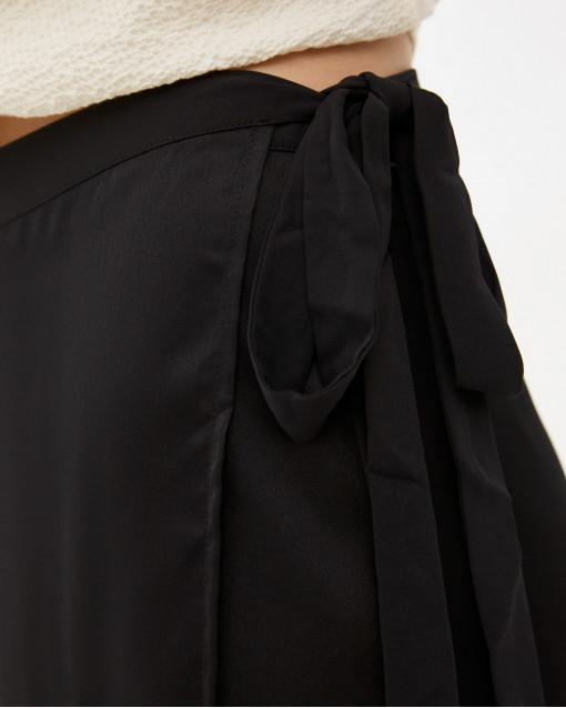 Юбка на запах из атласной ткани