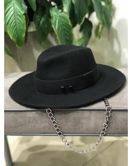 Шляпа с окантовкой и инкрустацией металлическими болтами